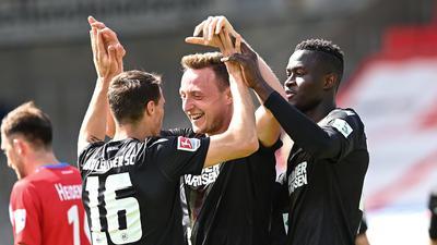 Torjubel nach der 1:0-Führung: Vorlagengeber Philip Heise (links) und Babacar Gueye beglückwünschen den Torschützen Robin Bormuth.