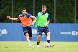 Überzählig im Trainingsspiel: Marvin Pourié, mit dem der Karlsruher SC sportlich nicht plant, am Sonntag im Zweikampf mit Lazar Mirkovic.