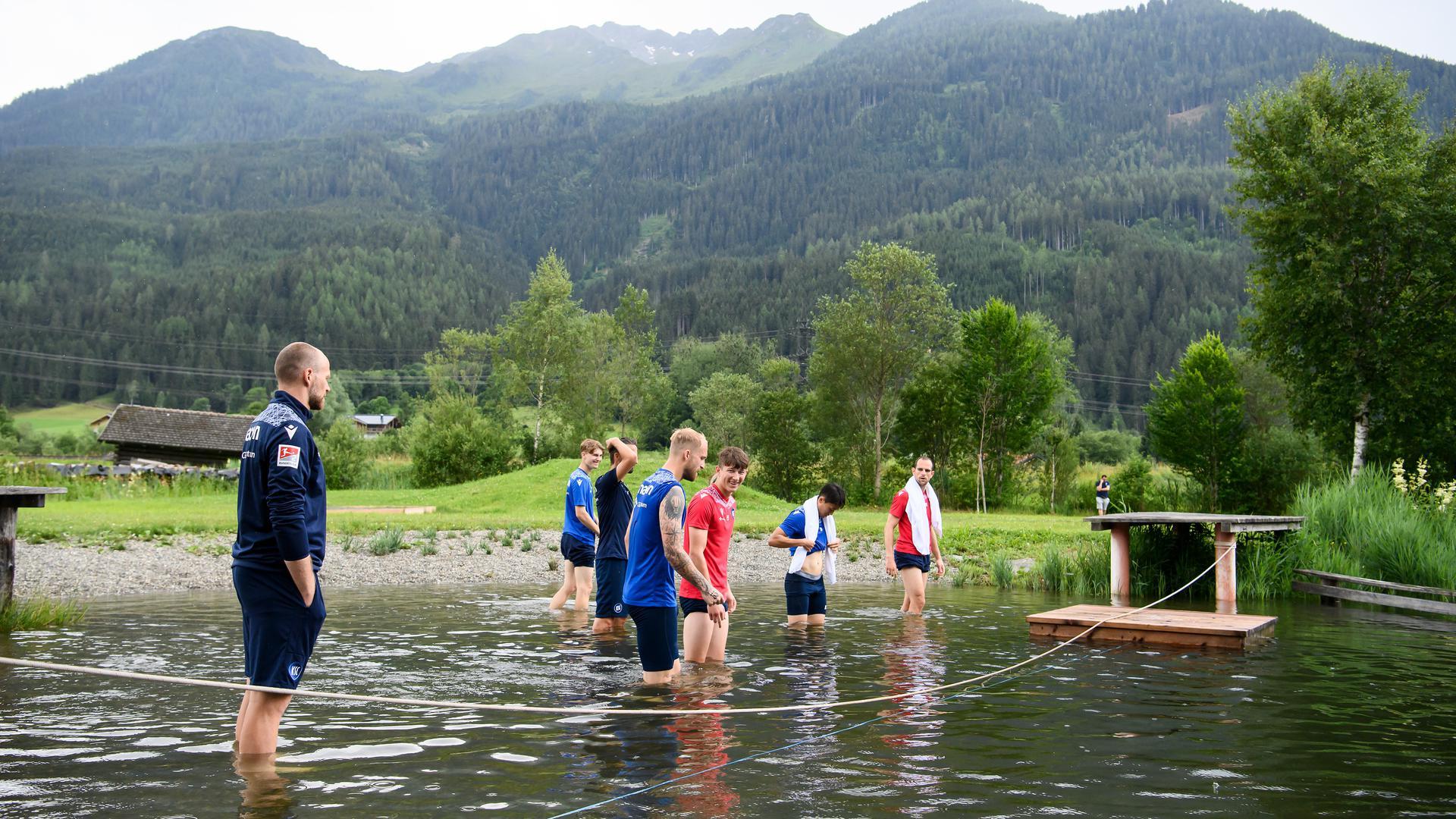 Kurze Abkühlung: Nach einem kurzen Lauf klettern die KSC-Profis in den Badesee von Neukirchen am Großvenediger.