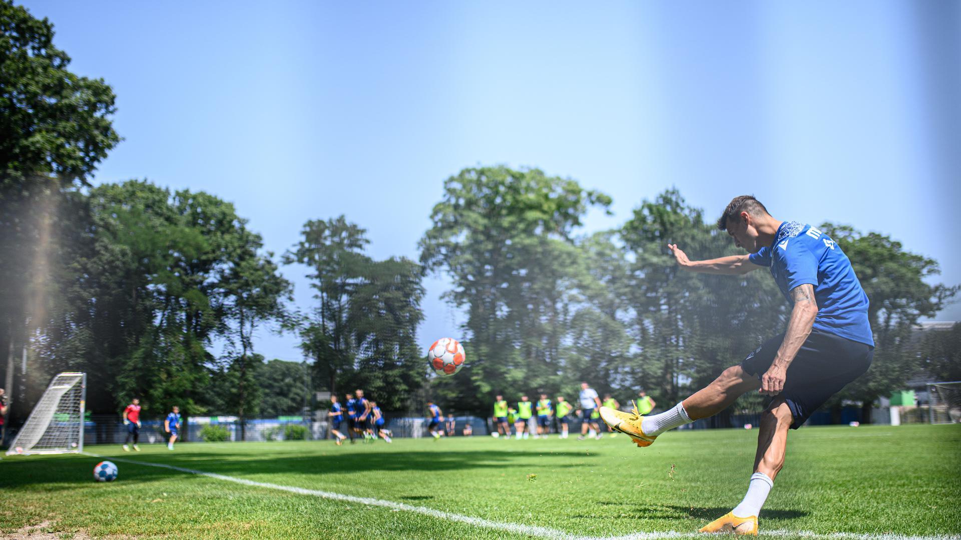 Philip Heise (KSC) beim Eckball.  GES/ Fussball/ 2. Bundesliga: Training Karlsruher SC, 22.07.2021  Football / Soccer: 2nd German Bundesliga: Practice; Training Karlsruher Sport-Club, Karlsruhe, July 22, 2021