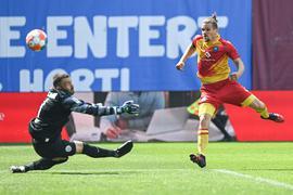 Da war`s vorentschieden: Sebastian Jung trifft gegen den zögerlichen Hansa-Kapitän Markus Kolke zum 3:1 für die Karlsruher.