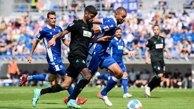 Abgelaufen: Karlsruhes Innenverteidiger Daniel Gordon (rechts) behauptet sich im Zweikampf mit dem Bremer Eren Dinkci.
