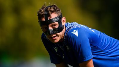 In der Gewöhnungsphase: Robin Bormuth muss sich mit dem Gesichtsschutz, den er nach seinem Jochbeinbruch tragen muss, erst noch anfreunden.