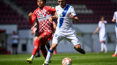 Einstand im KSC-Trikot: Der aus Augsburg verpflichtete Linksverteidiger Kilian Jakob läuft dem Mainzer Jean Paul Patrick Boetius mit Ball davon.