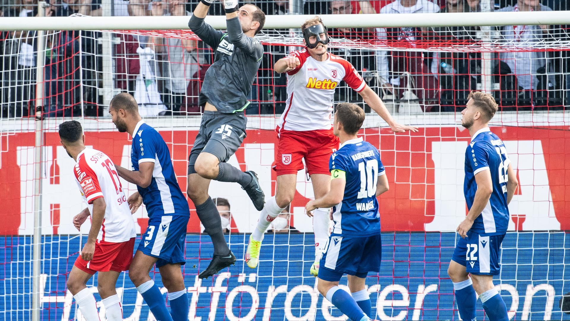 Im Mittelpunkt: Karlsruhes Torwart Marius Gersbeck hatte in einer wild zugespitzten zweiten Halbzeit mehrmals alle Hände voll zu tun.
