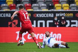 Fehler im Spielaufbau. Daniel Gordon verliert den Ball gegen den Düsseldorfer Kristoffer Peterson, der mit Ball am Fuß in Richtung KSC-Strafraum zieht, wo Philip Heise seinen Abschluss ins eigene Tor bugsieren wird.