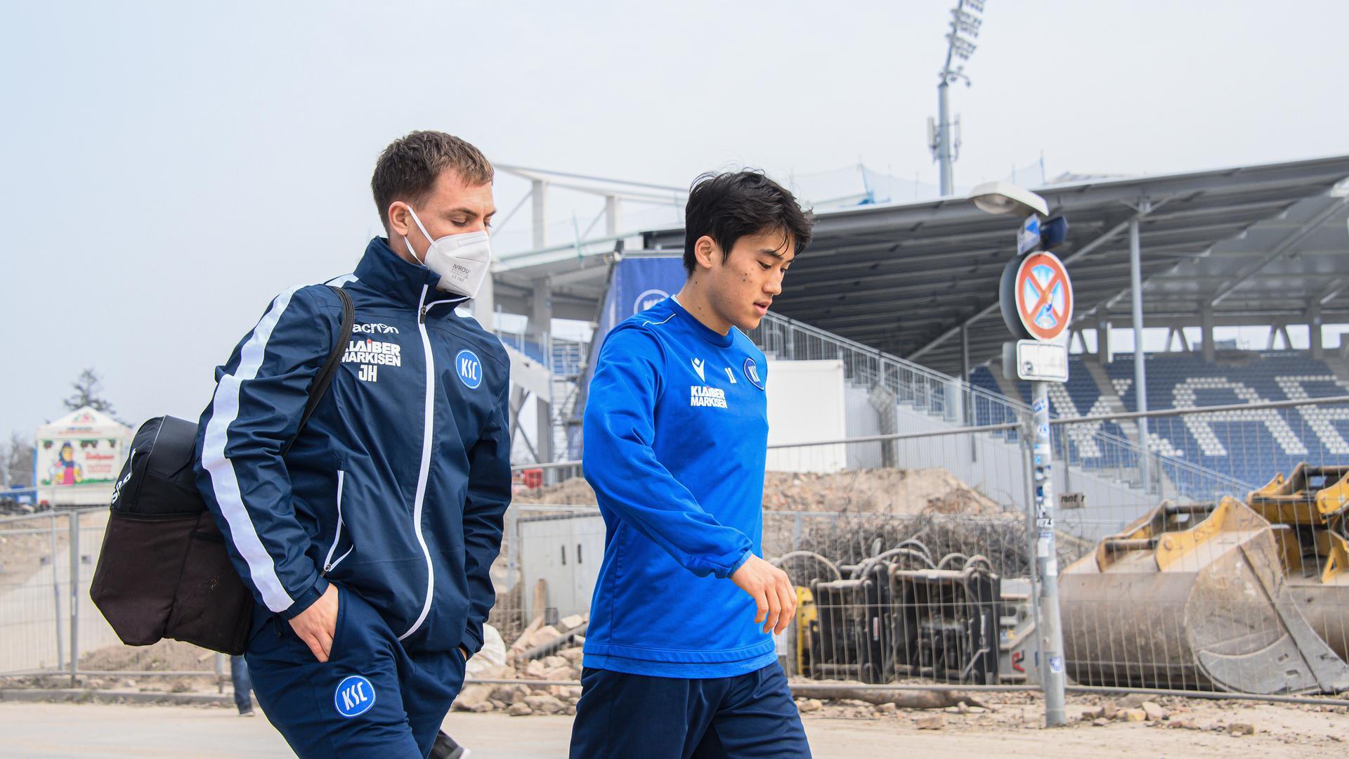Auf dem Weg: Kyoung-Rok Choi, begleitet von Physiotherapeut Johannes Haberlandt, meldete sich nach dem Abschlusstraining gegenüber der Wildpark-Baustelle fit für St. Pauli.