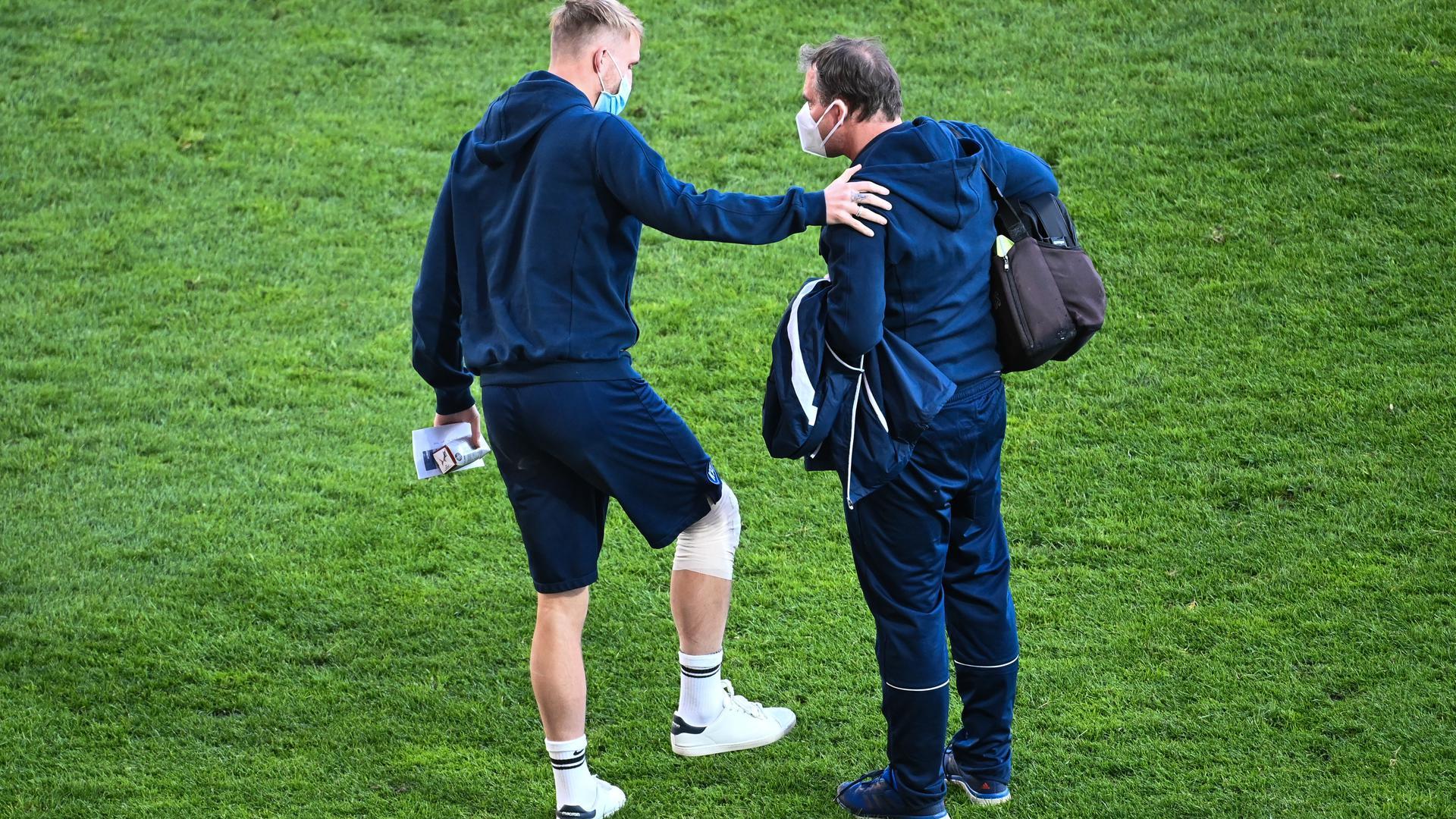 Am Knie verletzt: Philipp Hofmann unterhält sich nach dem Spiel mit Mannschaftsarzt Marcus Schweizer. EIne MRT-Untersuchung bestätigt eine Bänderverletzung im Knie beim KSC-Torjäger.