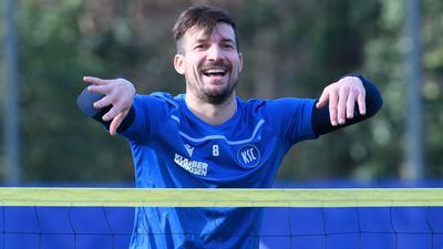 Locker im Training: KSC-Kapitän Jérome Gondorf zeigt im Vorfeld der Heimpartie am Samstag ein hohes Bewusstsein für die Formstärke der Mannschaft vom FC St. Pauli.