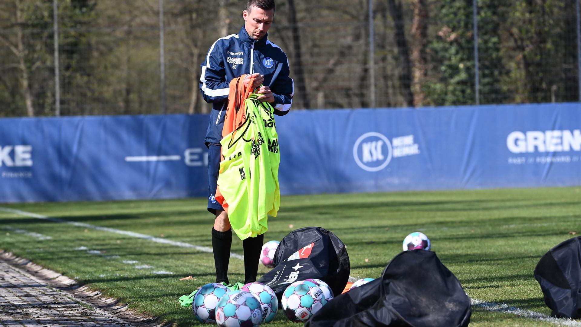 Ordnung muss sein: Trainer Christian Eichner sortiert die Trainingsleibchen.