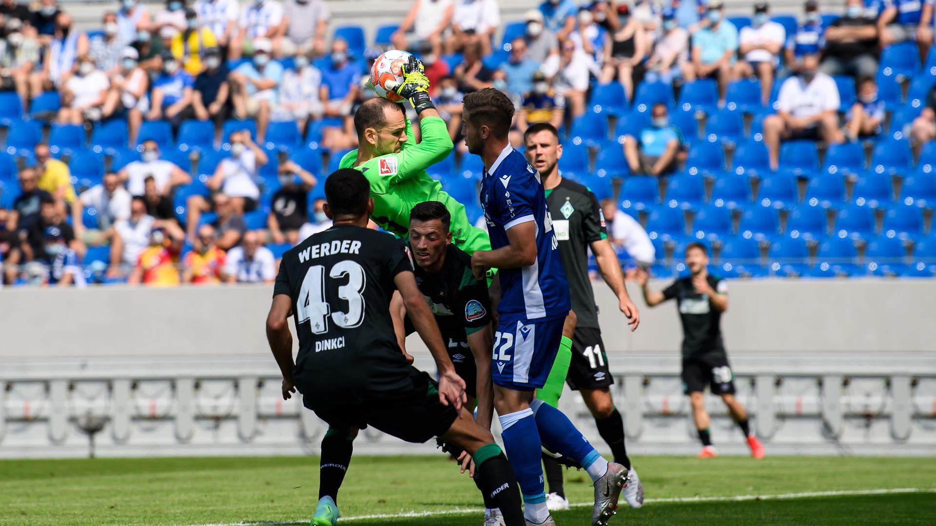 Torwart Marius Gersbeck (KSC) haelt.  GES/ Fussball/ 2. Bundesliga: Karlsruher SC- SV Werder Bremen, 21.08.2021  Football / Soccer: 2nd German League: Karlsruhe vs Bremen, August 21, 2021