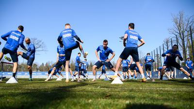 Das Wetter spielt mit: Bei fast sommerlichen Bedingungen setzt die Mannschaft des Karlsruher SC ihre Vorbereitung auf Osnarbück fort. Philip Heises Corona-Test wirkt nach.
