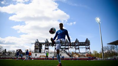 Warmmachen vor seinem 25. Saisonspiel: Karlsruhes Außenbahnspieler Marc Lorenz vor dem Zweitligaspiel gegen den VfL Osnabrück, mit dem sich dessen Vertrag bei den Badenern automatisch bis 2022 verlängerte.