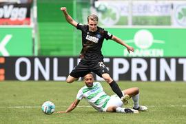 Marco Thiede (KSC, o) gegen Julian Green (Fuerth).  GES/ Fussball/ 2. Bundesliga: SpVgg Greuther Fuerth - Karlsruher SC, 08.05.2021  Football / Soccer: 2nd League: SpVgg Greuther Fuerth vs Karlsruher Sport-Club, Fuerth, May 8, 2021