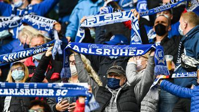 KSC Fans beim Singen der Badnerlied.  GES/ Fussball/ 2. Bundesliga: Karlsruher SC - Erzgebirge Aue, 16.10.2021  Football / Soccer: 2nd League: Karlsruher SC vs Erzgebirge Aue, Karlsruhe, October 16, 2021