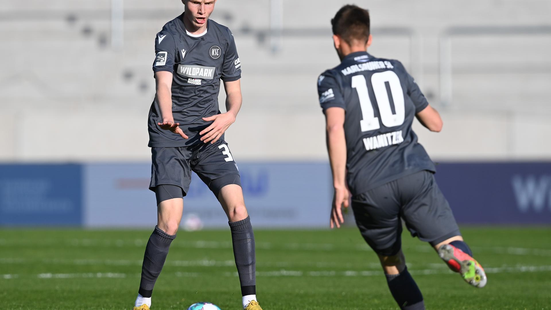 Nachwuchs und Routine: KSC-Junior Tim Breithaupt (links) überlässt in der Partie gegen die Würzburger Kickers seinem Mitspieler Marvin Wanitzek den Ball.