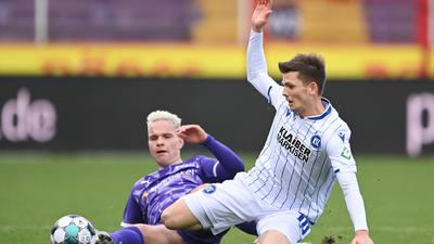 Zweikampf, Duell  Dominik Kother (KSC) gegen Niklas Uwe Schmidt (VfL).  GES/ Fussball/ 2. Bundesliga: VfL Osnabrueck - Karlsruher Sport-Club, 05.12.2020  Football / Soccer: 2nd League: VfL Osnabrueck vs Karlsruher Sport-Club, Osnabrueck, December 5, 2020