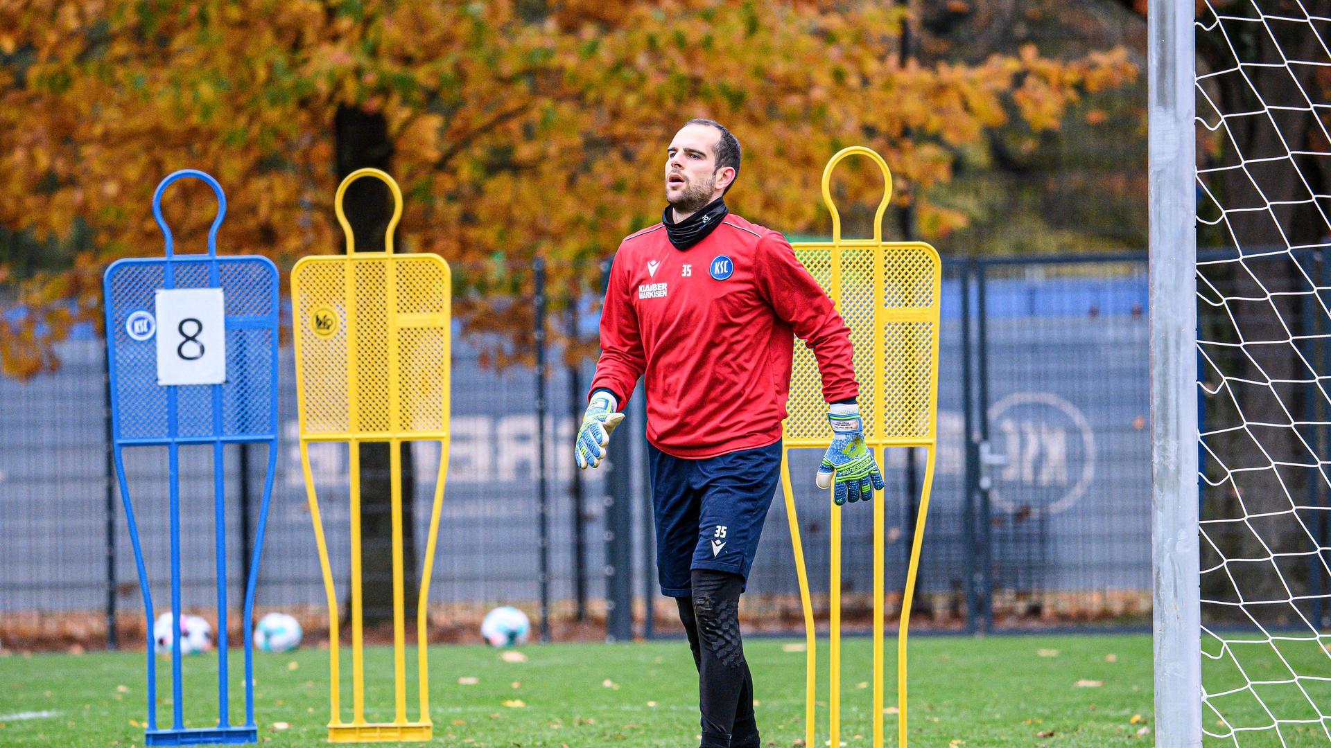Torwart Marius Gersbeck (KSC) musste verletzungsbedingt das Training abbrechen.  GES/ Fussball/ 2. Bundesliga: Karlsruher SC - Training,  29.10.2020  Football/Soccer: 2. Bundesliga:  KSC Trainingsession, Karlsruhe, October 29, 2020