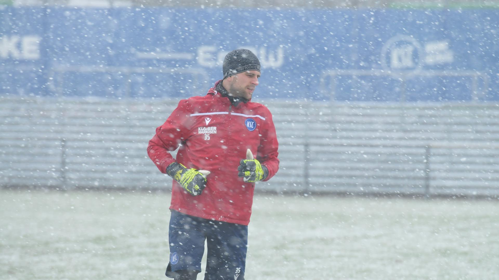 Training im Schnee: So begann auch für den Torwart Marius Gersbeck die Nachmittagseinheit am Mittwoch beim Karlsruher SC. Danach wurde sein positiver Corona-Befund bekannt.