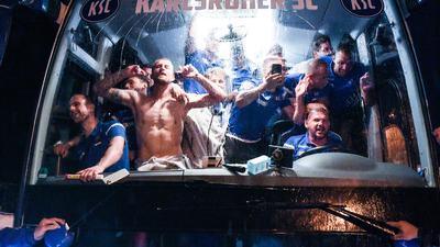 """""""Dampf-Baden"""" hat der Sportfotograf Markus Gilliar aus Dettenheim die Aufnahme genannt, mit der er in der Kategorie """"Fußball allgemein"""" den zweiten Platz im Wettbewerb """"Sportfoto des Jahres 2020"""" gewann. Die Jury des Verbandes Deutscher Sportjournalisten und des Kicker honorierte damit das Gemälde der Freude, das die Fußballer des Karlsruher SC am Abend des in Fürth geschafften Klassenverbleibs bei der Rückkehr am Wildparkstadion zeigt. BNN-Fotograf Gilliar freut sich über die Auszeichnung und die damit verbundene Präme von 1.500 Euro."""