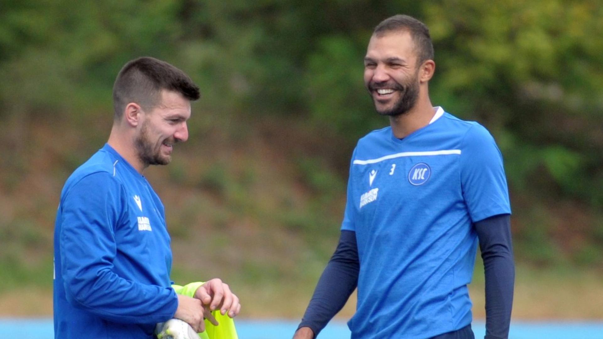 Zurück bei der Mannschaft: Daniel Gordon (rechts) hat Spaß während seiner ersten Einheit als Rückkehrer mit KSC-Kapitän Jérome Gondorf.