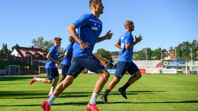 Harter Einstieg: Der am Dienstag von Norwich City ausgeliehene Philip Heise (im Vordergrund) beim Training in Bad Leonfelden.