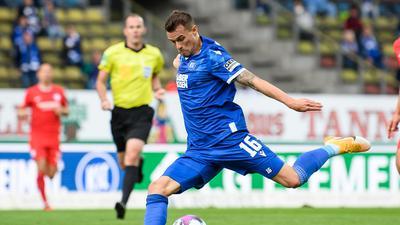Mit links: Philip Heise hat seinen Stammplatz beim Karlsruher SC und trifft am Freitag in Nürnberg seinen Ex-Club.
