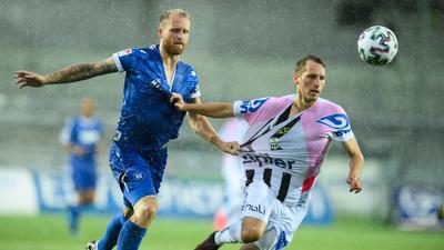 Abnutzungskampf: Im strömenden Regen von Pasching liefert sich der Karlsruher 1:0-Schütze Philipp Hofmann ein Laufduell mit dem Linzer Christian Ramsebner.