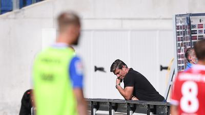 Nach dem Spiel geht Philipp Hofmann (KSC) vom Platz. Hinten: Sportdirektor Oliver Kreuzer (KSC). Hofmann kam in Hannover nicht zum EInsatz.  GES/ Fussball/ 2. Bundesliga: Hannover 96 - Karlsruher SC, 19.09.2020  Football / Soccer: 2nd League: Hannover 96 vs Karlsruher SC, Hanover, September 19, 2020
