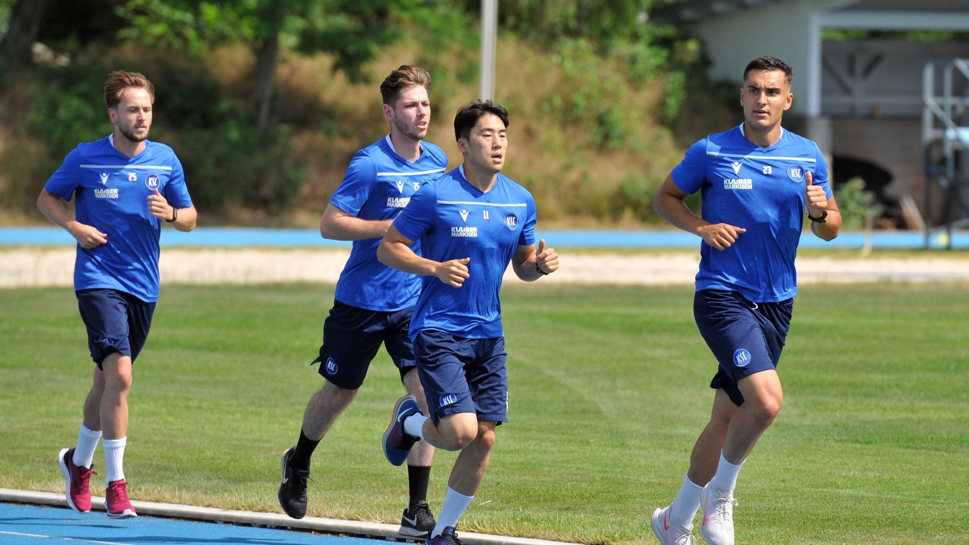 Fitnesstests am KIT: Die KSC-Neuzugänge Leon Jensen, Lucas Cueto, Kyoung-Rok Choi und Dirk Carlson drehen am Freitagmittag ihre Runden.