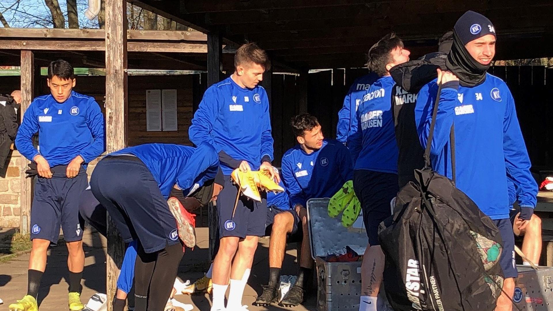 Fertigmachen für Kiel: Die Spieler des Karlsruher SC präparieren sich am Professor-Peters-Platz für die Abschlusseinheit, die wegen des harten Rasenplatzes dann kurz ausfällt.