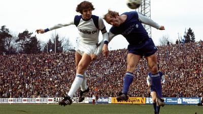 Schwarzer KSC-Tag: Hermann Bredenfeld (rechts) verliert das Kopfballduell mit Klaus Fischer, der beim Schalker 7:1-Sieg am 9. April 1977 im Wildpark das 3:0 erzielt.