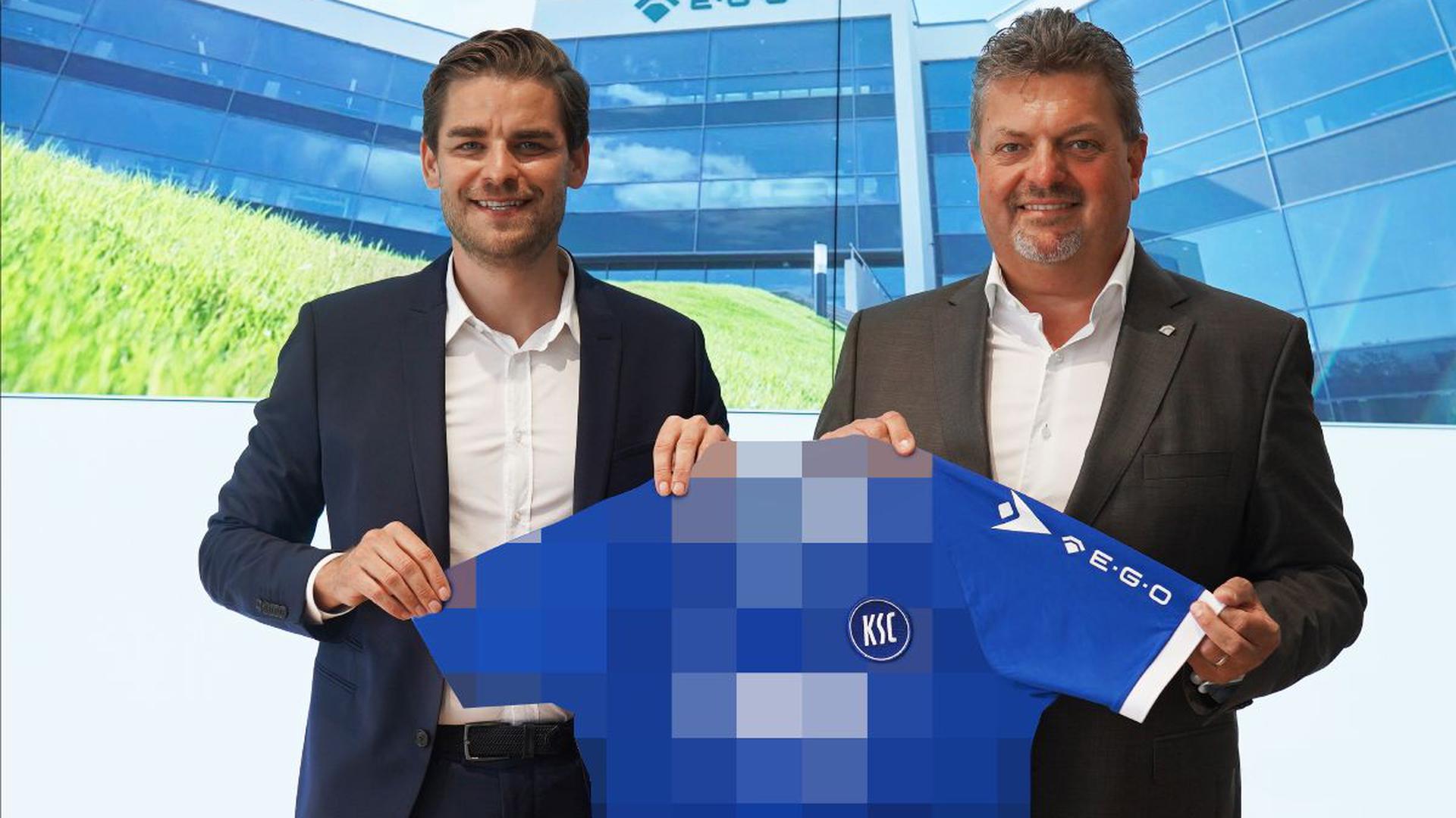 KSC-Geschäftsführer Michael Becker (links) und E.G.O.-Chef Dirk Schallock präsentieren das neue Logo auf dem linken Ärmel der neuen Trikots des Karlsruher SC.