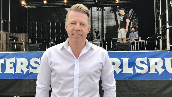 Mann vor Bühne