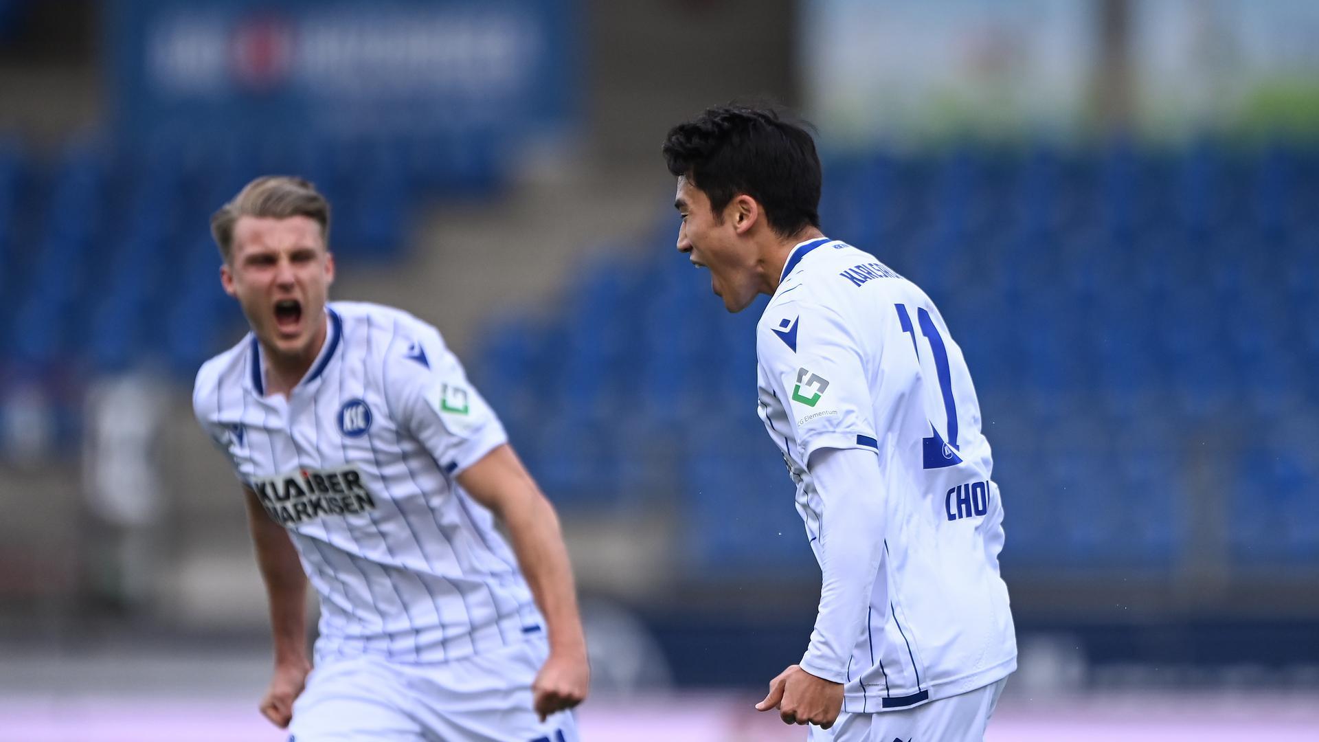 Torjubel nach dem 1:0 für den Karlsruher SC in Braunschweig: Marco Thiede (links) und Torschuetze Kyong-Rok Choi.