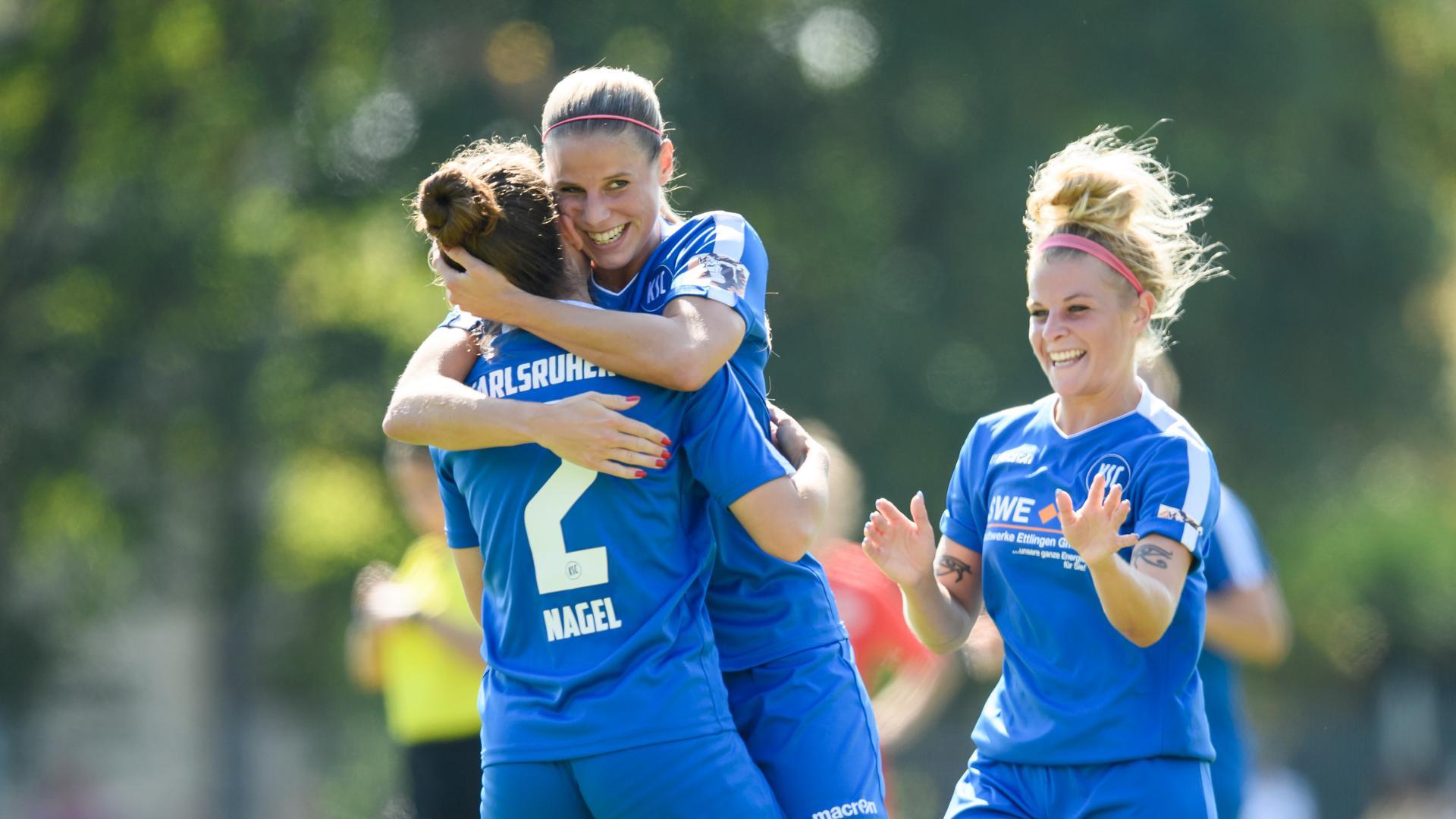 Jubel nach Tor zum 1:0 beim KSC. Melissa Zweigner-Genzer (KSC) umarmt mit Torschuetze Pia Nagel (KSC), rechts: Nele Schomaker (KSC).  GES/ Fussball/ Regionalliga Frauen: KSC - Kickers Offenbach, 13.09.2020