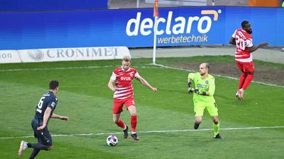 Tor zum 2-2: v.l. Kevin Wimmer (KSC), Lars Dietz (Wuerzburg), Torwart Marius Gersbeck (KSC), Ridge Munsy (Wuerzburg) .  GES/ Fussball/ 2. Bundesliga: Karlsruher SC - Wuerzburger Kickers, 23.04.2021  Football / Soccer: 2nd League: Karlsruher SC vs Wuerzburger Kickers, Karlsruhe, April 23, 2021