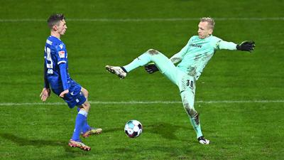 Benjamin Goller (KSC) schiesst das Tor zum 2-2 gegen Torwart Sascha Burchert (Fuerth).  GES/ Fussball/ 2. Bundesliga: Karlsruher SC - SpVgg Greuther Fuerth, 08.01.2021  --  Football/ Soccer 2nd Division: Karlsruhe vs Fuerth, Karlsruhe,  Jan 08, 2021 -- DFL regulations prohibit any use of photographs as image sequences and/or quasi-video.