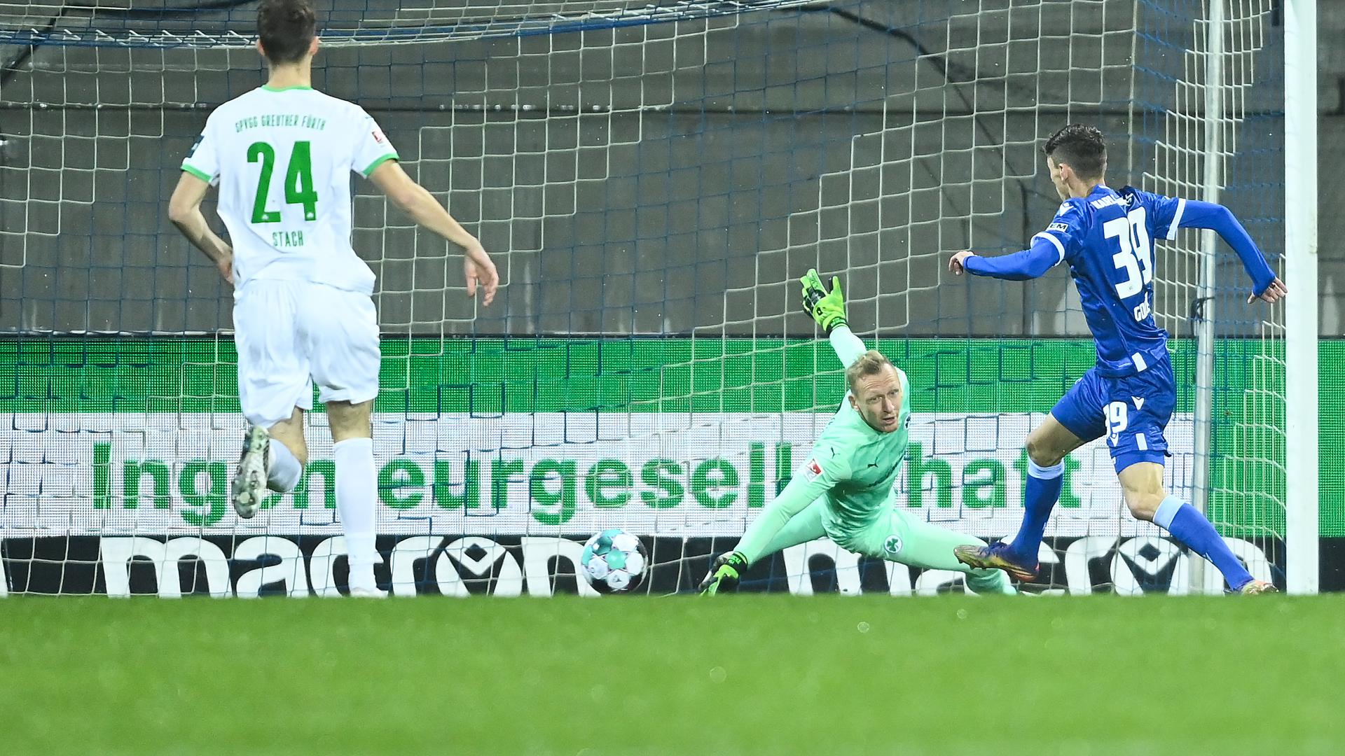 Benjamin Goller (KSC) schiesst das Tor zum 1-0 gegen Torwart Sascha Burchert (Fuerth).  GES/ Fussball/ 2. Bundesliga: Karlsruher SC - SpVgg Greuther Fuerth, 08.01.2021  --  Football/ Soccer 2nd Division: Karlsruhe vs Fuerth, Karlsruhe,  Jan 08, 2021 -- DFL regulations prohibit any use of photographs as image sequences and/or quasi-video.