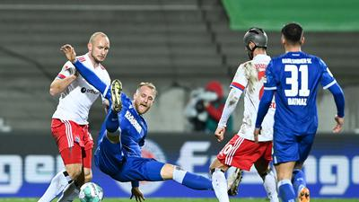 v.l. Toni Leistner (HSV), Philipp Hofmann (KSC), Klaus Gjasula (HSV), Malik Batmaz (KSC).  GES/ Fussball/ 2. Bundesliga: Karlsruher SC - Hamburger SV, 21.12.2020  Football / Soccer: 2nd League: Karlsruher Sport-Club vs Hamburger Sport-Verein, Karlsruhe, December 21, 2020