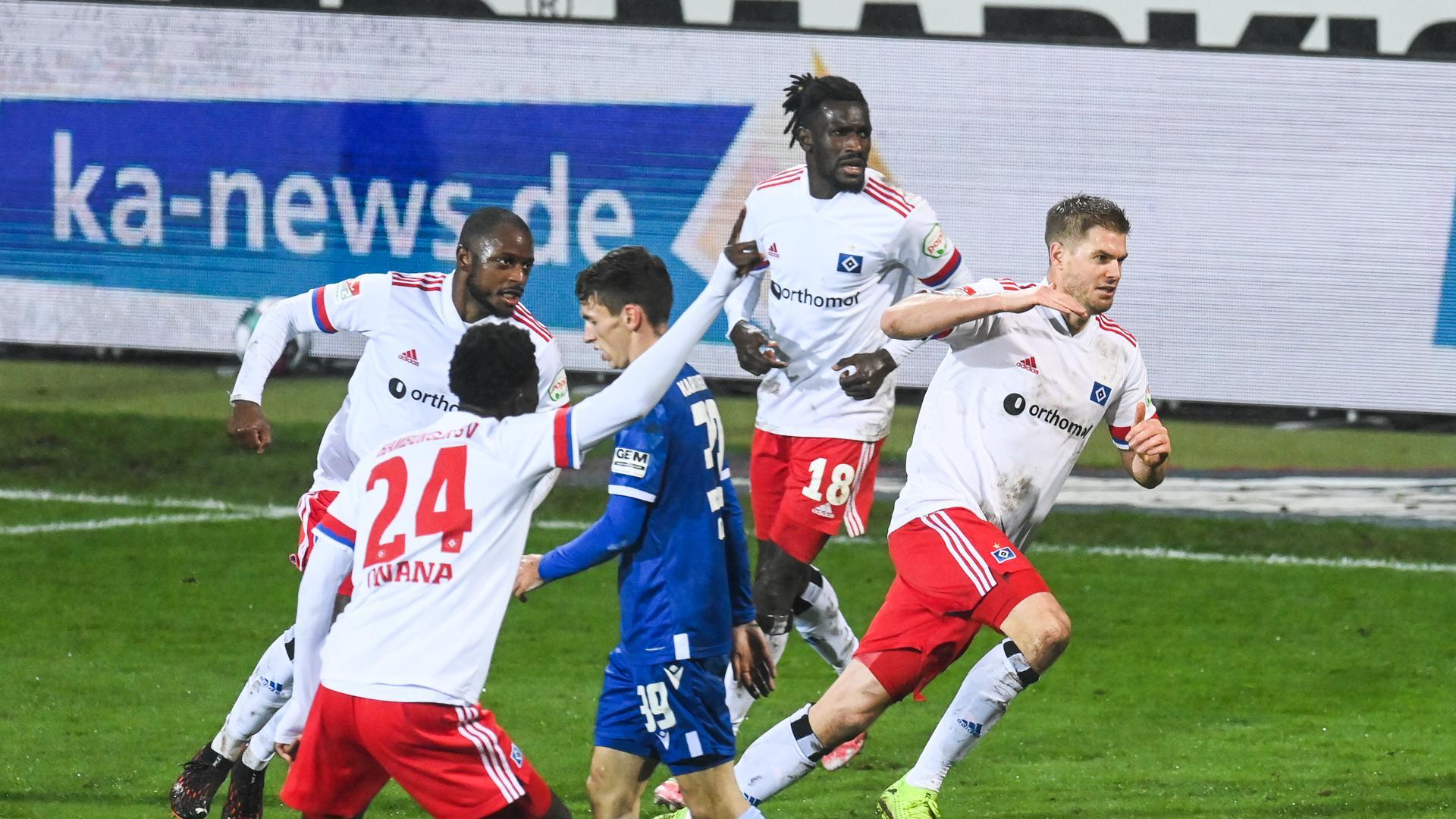 Jubel bei den Hamburgern nach Teroddes Treffer zum 2:1 gegen den KSC.