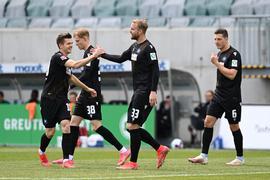 Jubel ueber das 0-1: v.l. Marvin Wanitzek (KSC), Torschuetze Philipp Hofmann (KSC), Kevin Wimmer (KSC).  GES/ Fussball/ 2. Bundesliga: SpVgg Greuther Fuerth - Karlsruher SC, 08.05.2021  Football / Soccer: 2nd League: SpVgg Greuther Fuerth vs Karlsruher Sport-Club, Fuerth, May 8, 2021