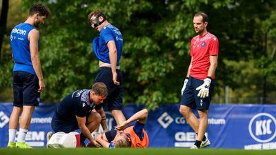 Kurz vor Ende der Trainingseinheit verletzte sich Sebastian Jung (KSC) am rechten Knie, bei ihm: Physiotherapeut Johannes Haberlandt (KSC). Dahinter: Fabian Schleusener (KSC), Robin Bormuth (KSC), Torwart Marius Gersbeck (KSC), (von links).   GES/ Fussball/ 2. Bundesliga: Karlsruher SC - Training, 14.09.2021  Football/Soccer: 2. Bundesliga: KSC Training, Karlsruhe, September 14, 2021