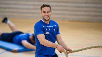 Christoph Kobald (KSC). Krafttraining, Zirkeltraining, Kraftzirkel in der Halle.  GES/ Fussball/ 2. Bundesliga: Karlsruher SC - Training, 24.11.2020  Football/Soccer: 2. Bundesliga: KSC Training, Karlsruhe, November 24, 2020