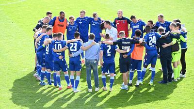 Teamkreis KSC nach dem Spiel: Trainer Christian Eichner (KSC) in der Mitte.