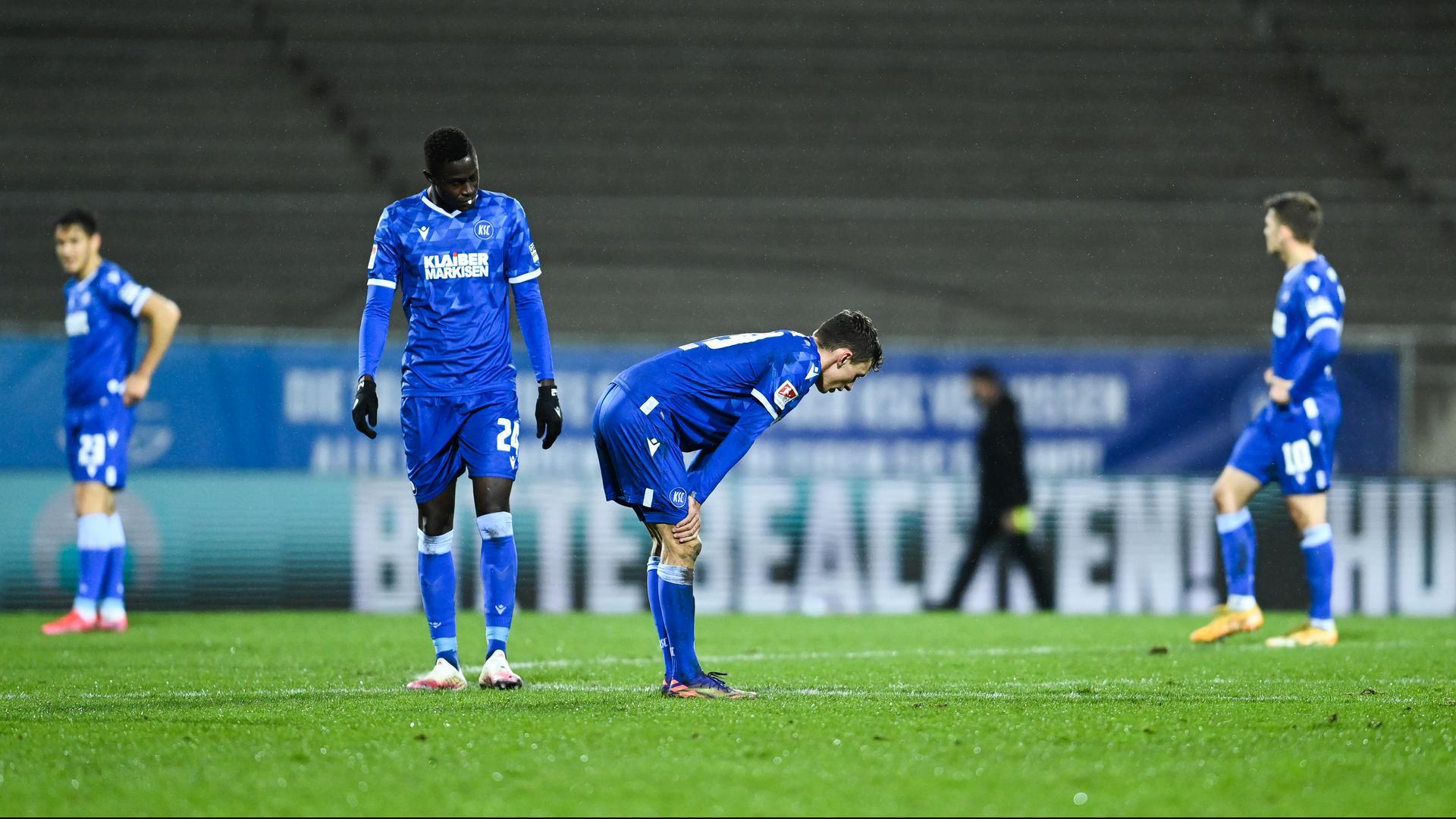Enttäuschte Karlsruher nach dem Spiel gegen den Hamburger SV: Babacar Gueye und Benjamin Goller.