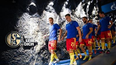 Vor dem Spiel: v.l. Christoph Kobald (KSC), Marco Thiede (KSC), Fabian Schleusener (KSC), Robin Bormuth (KSC).  GES/ Fussball/ 2. Bundesliga: FC Schalke 04 - Karlsruher SC, 17.09.2021  Football / Soccer: 2nd League: FC Schalke 04 vs Karlsruher SC, Gelsenkirchen, September 17, 2021
