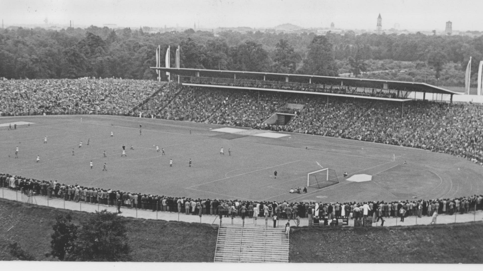 Stolzer Moment II: Prächtig liegt es da, das hochmoderne Wildparkstadion, als am 7. August 1955 etwa 45.000 Zuschauer zur Einweihung den KSC gegen Rot-Weiß Essen spielen sehen wollen.