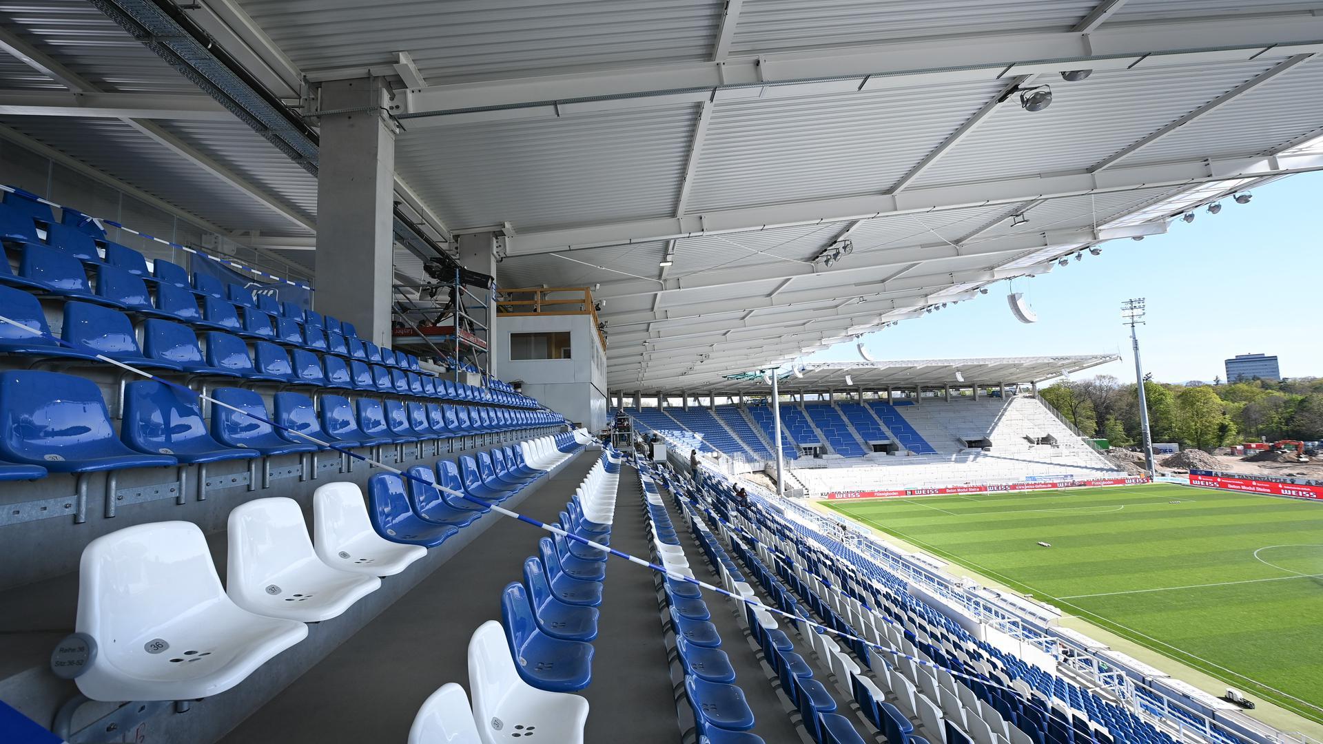 Blick auf die leere Tribüne im BBBank Wildpark Stadion.