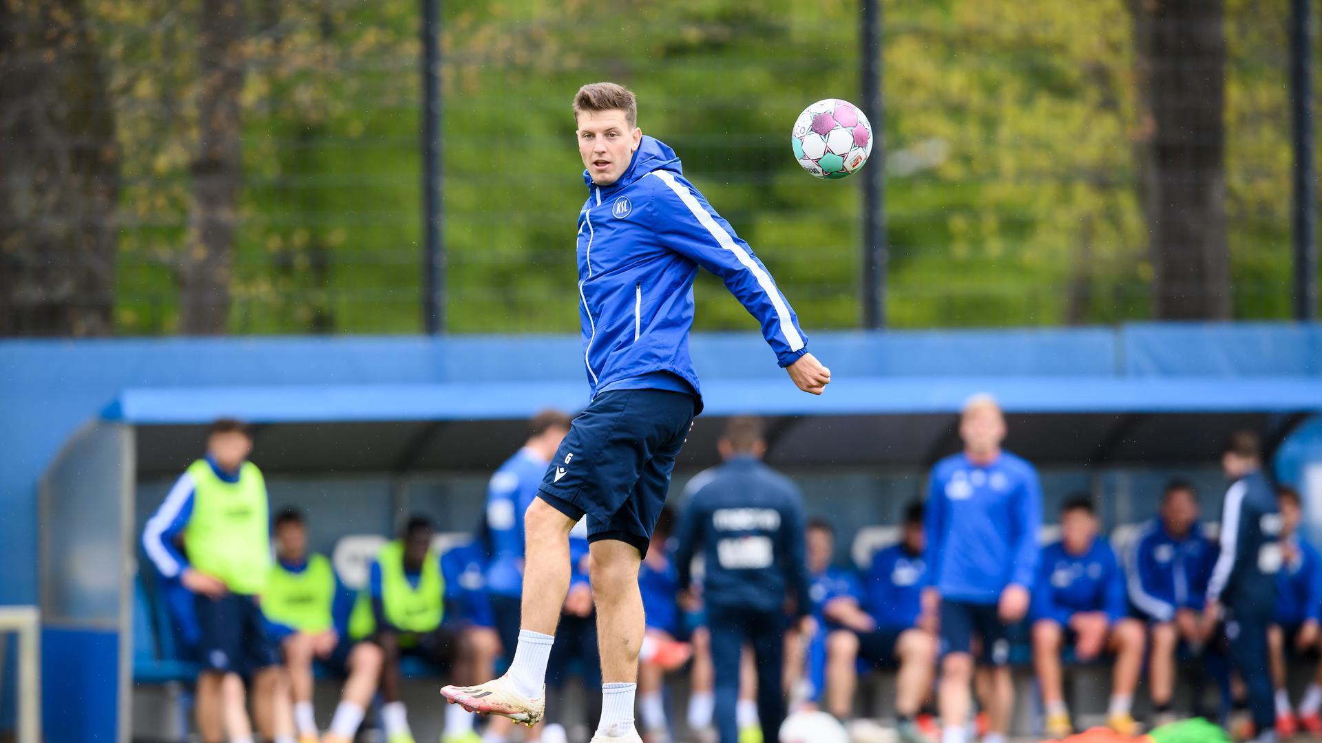 Kevin Wimmer (KSC) am Ball.  GES/ Fussball/ 2. Bundesliga: Karlsruher SC - Training, 06.05.2021  Football/Soccer: 2. Bundesliga: KSC Training, Karlsruhe, May 6, 2021